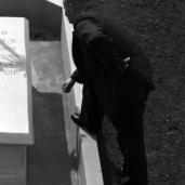 L42617 Man at Grave